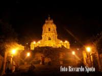 Modica Alta. visione notturna della bellissima chiesa di San Giorgio di Modica, in cima alla scenogr