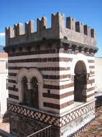 Santa Maria di Licodia, Torre Arabo Normanna del 1142. Il secondo ordine della torre è decorato da fascie di pietra bianca alternate a fascie di pietra lavica. Nel secondo ordine si aprono finestre a bifora. le due principali, rivolte ad ovest, presentano decorazioni tipiche dell'arte romananica, come vegetali e animali.  - Santa maria di licodia (4011 clic)