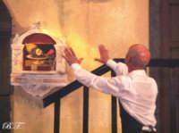 La Brigata Teatrale di Santa Maria di Licodia presenta; Miracolo, commedia brillante in due atti, riadattamento in chiave farsesca del S. Giovanni decollato di Martoglio. Marzo 2007, cine-teatro S. Giuseppe, Santa Maria di Licodia. (foto scattata da Stefano Mirone)  - Santa maria di licodia (1021 clic)