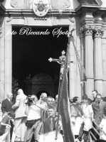 Festa di San Placido, Ottobre 2006. La confraternita del SS Sacramento esce dalla chiesa.  - Biancavilla (1913 clic)