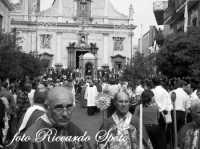 Festa di San Placido, Ottobre 2006. La Confraternita del SS Sacramento, precede il fercolo.  - Biancavilla (2176 clic)