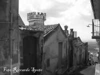 S.Maria di Licodia, quartiere Caselle La via Stefania Senia e la torre di Palazzo Bruno (sec XIX)  - Santa maria di licodia (1778 clic)