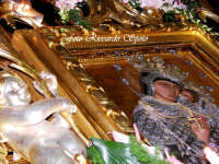 Feste Patronali. L'icona della Madonna dell'Elemosina, patrona della città, in processione sul fercolo maggiore. 4 Ottobre 2007  - Biancavilla (1571 clic)