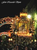 Feste Patronali. L'icona della Madonna dell'Elemosina, patrona della città, in processione sul fercolo maggiore. 4 Ottobre 2007  - Biancavilla (1443 clic)