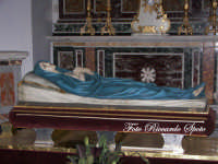 Randazzo, Basilica di Santa Maria, il realistico simulacro della Vergine dormiente, venerato nella chiesa  - Randazzo (2351 clic)