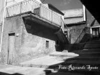 santa Maria di Licodia, quartiere Purrazzaro. Le strette vie dell'antico rione, e le scale di via Fichera.   - Santa maria di licodia (2230 clic)