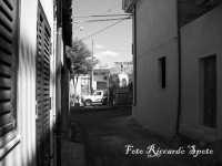 Santa Maria di Licodia, quartiere Purrazzaro. La stretta via Croce, in fondo alla via l'Altarino del quartiere.   - Santa maria di licodia (1543 clic)