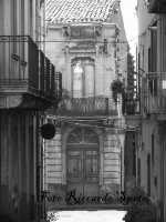 Santa Maria di Licodia, quartiere S.Agata. La via Vittorio Veneto, con le abitazioni ottocentesche, prospicente sulla via Vittorio Emanuele.  - Santa maria di licodia (1975 clic)