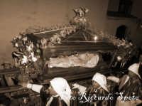 Santa Maria di Licodia. Venerdì Santo. Processione del Cristo Morto. L'urna, addobbata con fiori rossi, scortata per antica tradizione dai confrati del SS Sacramento, nel tradizionale vestiario chiamato cappa  - Santa maria di licodia (2202 clic)