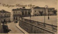 La Piazza Umberto I, negli anni '30. Prima dei rovinosi lavori degli anni '70 a' Murami aveva un aspetto diverso. Era più bassa ed era formata da una muraglia (da cui il nome Murami) in pietra lavica, disposta a mosaico.  - Santa maria di licodia (6784 clic)