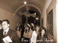 Santa Maria di Licodia. Venerdì Santo. Processione del Cristo Morto. La Confraternita del SS Sacramento, passa sotto l'arco del municipio.  - Santa maria di licodia (1969 clic)