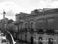 Santa Maria di Licodia. Le facciate ottocentesche delle case gentilizie, prospicenti su piazza Umberto I.   - Santa maria di licodia (2102 clic)