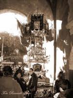 La festa di Sant'Agata. Le candelore. Candelora dei pescivendoli, de pisciari detta a bersagliera, sosta sotto l'arco di porta Uzeta.  - Catania (11746 clic)