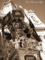 La festa di Sant'Agata. Le candelore. Candelora del Circolo cittadino di S. Agata, la più giovane delle 11, sosta dinnanzi alla Basilica Collegiata.  - Catania (1928 clic)