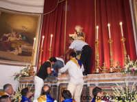 Ultima Domenica di Agosto, festa del santo patrono San Giuseppe. Momento prima dell'uscita. I devoti, si accalcano sotto l'alatare per traslare il simulacro alla vara, tra le acclamazioni e gli apllausi  - Santa maria di licodia (2082 clic)