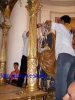 Ultima Domenica di Agosto, festa del santo patrono San Giuseppe. Il simulacro viene sistemato sulla vara, tra gli evviva dei devoti.   - Santa maria di licodia (2486 clic)