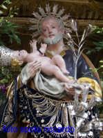Ultima Domenica di Agosto, festa del santo patrono San Giuseppe. Il veneratissimo simulacro del Patrono, visibile solo due volte l'anno, adornato dagli ex voto.  - Santa maria di licodia (2338 clic)