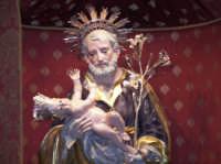 Festa Patronale di San Giuseppe, 19 marzo 2007.il volto sereno e sorridente di san giuseppe ancora visibile per pochi minuti.  - Santa maria di licodia (2050 clic)
