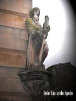 Ragusa Ibla. Un simulacro lapideo di San Francesco di Paola, veglia la via dall'angolo di un palazz