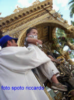 Ultima Domenica di Agosto, festa del santo patrono San Giuseppe. durante il giro, le famiglie offrono a San Giuseppe i bambini, affinchè il santo li benedica.   - Santa maria di licodia (1913 clic)