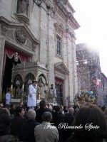 festa patronale di Santa Barbara, trionfale uscita di santa barbara, la pioggia di zaareddi cade sulla vara  - Paternò (1402 clic)