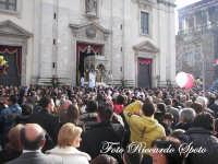 festa patronale di Santa Barbara, trionfale uscita di santa barbara, la piazza gremita dai fedeli e dai devoti  - Paternò (1396 clic)