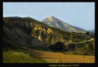 Vallata suggestiva del fiume Gela. Dietro è visibile monte formaggio. Si erge come una piramide. Di natura arenaria a causa della forte erosione assume questa forma piramidale. E' un posto poco conosciuto ma di straordinaria bellezza.  - Mazzarino (8380 clic)