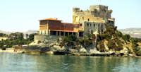 Questo castello dista 15 minuti da Gela. L'immagine lo ritrae dal mare. La parte più storica risale a prima del 1500. inizio novecento fu inserita una nuova ala.   - Butera (15001 clic)