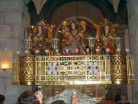 La vara dei tre santi Alfio, Filadelfo e Cirino dentro la chiesa madre di Trecastagni durante la festa   - Trecastagni (2867 clic)