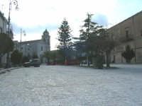Piazza castello con lavori in corso per la ripavimentatura in pietra.Sullo sfondo la chiesa di S.Sebastiano.  - Chiusa sclafani (1814 clic)