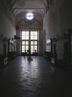 S.Maria del Bosco.Parte del corridoio che si affaccia sullo spazio antistante la chiesa.   - Contessa entellina (3120 clic)