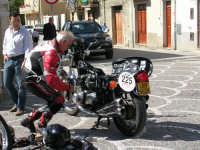 Moto-Giro d'Italia moto d'epoca.Tappa a Chiusa Sclafani 20/05/2007.Un pò di manutenzione non fà male.  - Chiusa sclafani (1581 clic)