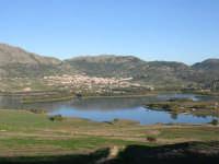 Panorama di Piana degli Albanesi con in primo piano il lago di Piana. L'acqua del lago viene sfrutta