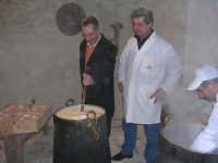 Presepio vivente 2004.Visitatore del presepio vivente all'opera.Preparazione della ricotta.  - Chiusa sclafani (1846 clic)
