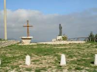 Statua e Crocifisso in legno sulla strada che porta al Santuario  di S.Rosalia.   - Santo stefano quisquina (3910 clic)
