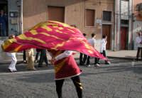Festival del Folclore Giovanile 2004 Lo sbandieratore in azione (Leoni Reali)   - Camporotondo etneo (2894 clic)