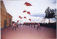 Esibizione degli Sbandieratori e Musici Leoni Reali. In occasione della 1°mostra di modellismo 29/12/2002  - San pietro clarenza (2757 clic)