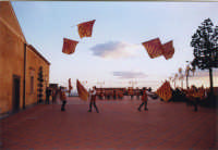 Esibizione degli Sbandieratori e Musici Leoni Reali. In occasione della 1°mostra di modellismo 29/12/2002  - San pietro clarenza (2768 clic)