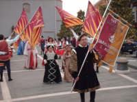 Gli Sbandieratori salutano il passaggio del corteo!! Gruppo Sbandieratori e Musici Leoni Reali di Camporotondo Etneo (CT).    - Belpasso (3229 clic)
