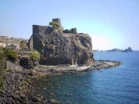 fossa dei serpenti castello e faraglioni sullo sfondo  - Aci castello (3578 clic)