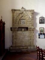 Aron L'Aron o arca santa, l'armadio, cioè, dove venivano conservate le scritture, la torah, è costruito in pietra aragonese è sistemato all'interno della Chiesa Collegiata del San Salvatore di Agira (Enna) vicino alla sinagoga che sorgeva in pieno quartiere arabo  - Agira (6064 clic)