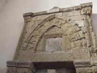 Aron L'Aron o arca santa, l'armadio, cioè, dove venivano conservate le scritture, la torah, è costruito in pietra aragonese è sistemato all'interno della Chiesa Collegiata del San Salvatore di Agira (Enna) vicino alla sinagoga che sorgeva in pieno quartiere arabo  - Agira (6565 clic)