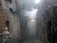 Vicolo di Erice avvolta dalla nebbia  - Erice (7015 clic)