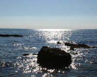 Santa Maria del Focallo Ispica (RG) Particolare degli scogli della spiaggia di Cirica.  - Ispica (1614 clic)