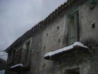 I carruzzò... Stalattiti di ghiaccio pendono dalle tegole di una casa nel quartiere San Martino.  - Fondachelli fantina (9943 clic)