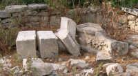PILATRINI DECORATIVI A PEZZI- Bellissimo esempio di distruzione di un pilastrino decorativo inserito in un angolo del parco Donnafugata  - Donnafugata (2805 clic)