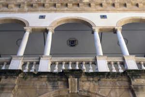 Porticato all'interno del cortile del palazzo vescovile  - Mazara del vallo (1240 clic)