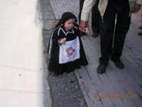 una piccola devota vestita da veronica, per grazia ricevuta  - Mazzarino (3088 clic)