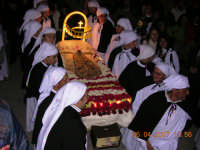 il letto dove verra' posto Gesu' dalla Croce, portato da giovani confratelli  - Mazzarino (3111 clic)