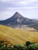 Le campagne attorno Mazzarino con in sfondo il Monte Formaggio  - Mazzarino (4661 clic)